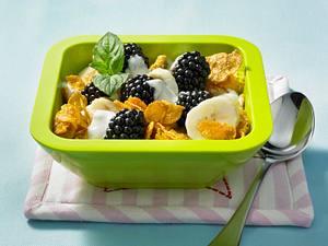 Brombeermüsli mit Cornflakes, Bananen und Dickmilch Rezept