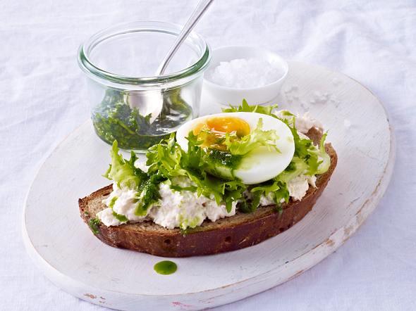 Brot mit Forellencreme, Frisee, Eiern und Petersilienöl Rezept
