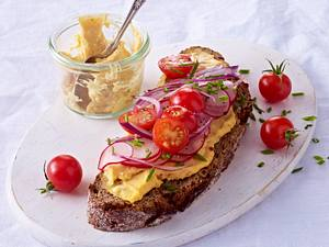 Brot mit Obazter, Radieschen und Röstzwiebeln Rezept