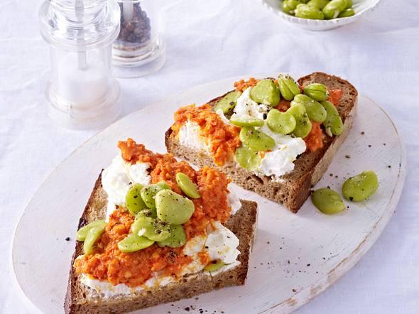 Brot mit Ziegenfrischkäse, Paprikasalsa und dicken Bohnen Rezept