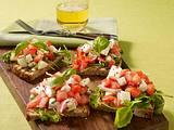 Bruschetta mit Tomaten-Mozzarella-Salat und Rauke Rezept