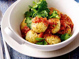Bulgurbällchen mit Tomatensoße und Kräutersalat Rezept