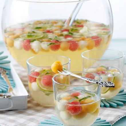 Bunte Melonen-Bowle mit Limette, Melisse, Minzlikör und Prosecco Rezept