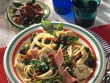 Bunte Nudeln, Gemüse, Schinken und Kräuterpaste Rezept