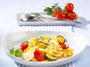 Bunte Nudelpfanne mit Zucchini, Tomaten, Mozzarellakugeln und Kräutern der Provence Rezept