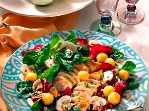 Bunte Salatplatte mit Hähnchenfilet Rezept