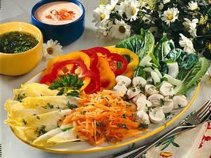 Bunte Salatplatte mit zwei Soßen Rezept