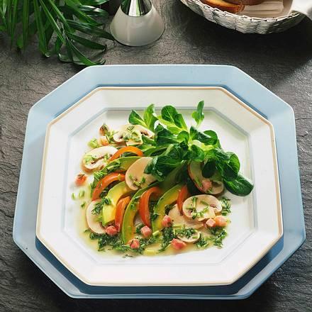 Bunter Avocadosalat mit Senf-Kräuter-Vinaigrette Rezept