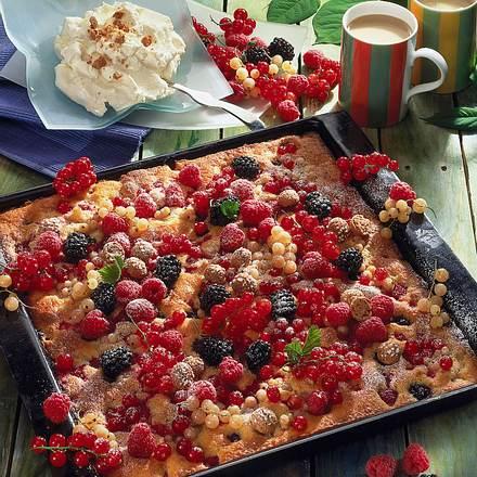 Bunter Beerenkuchen mit Amarettosahne Rezept