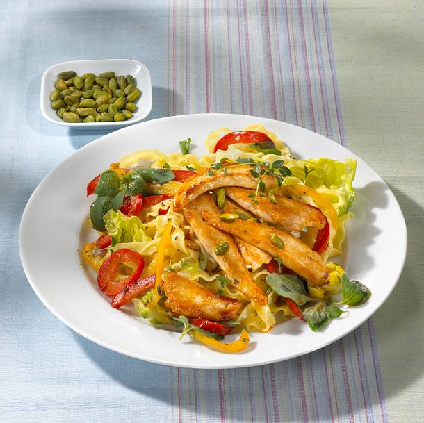 Bunter Nudelsalat mit Hähnchenfiletstreifen Rezept