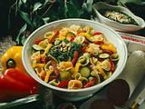 Bunter Nudelsalat mit Spinatsoße Rezept