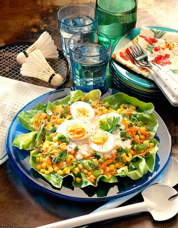 bunter salat mit geraspelten m hren mais und lauchzwiebeln rezept lecker. Black Bedroom Furniture Sets. Home Design Ideas