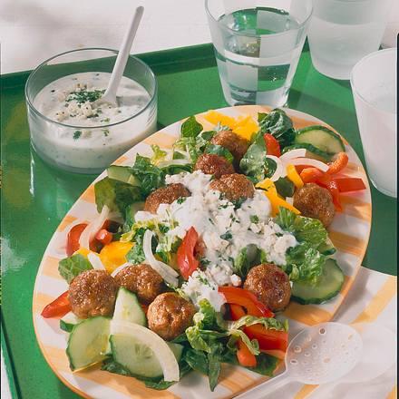 Bunter Salat mit Hackbällchen Rezept