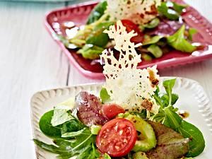 Bunter Salat mit Parmesanchips Rezept