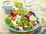 Bunter Salat mit Putenstreifen und Joghurt-Limetten-Soße Rezept