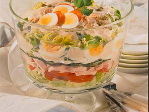 Bunter Schichtsalat mit Putenbrust und Thunfischsoße Rezept