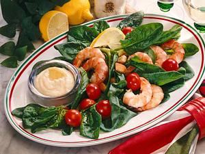 Bunter Spinat-Scampi-Salat mit Knoblauchdip Rezept