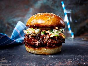 Burger mit zerzupftem Rindernacken, Barbecuesoße und Apfel-Krautsalat Rezept