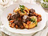 Burgunder Gulasch mit herzhafter Parmesan-Biskuitrolle Rezept