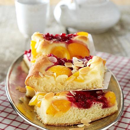 Butterkuchen mit Aprikosen, Preiselbeeren und Mandeln Rezept