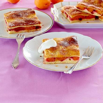 Butterkuchen vom Blech mit Aprikosen und Preiselbeeren Rezept
