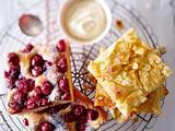Butterkuchen vom Blech mit Kirschen und Äpfeln Rezept
