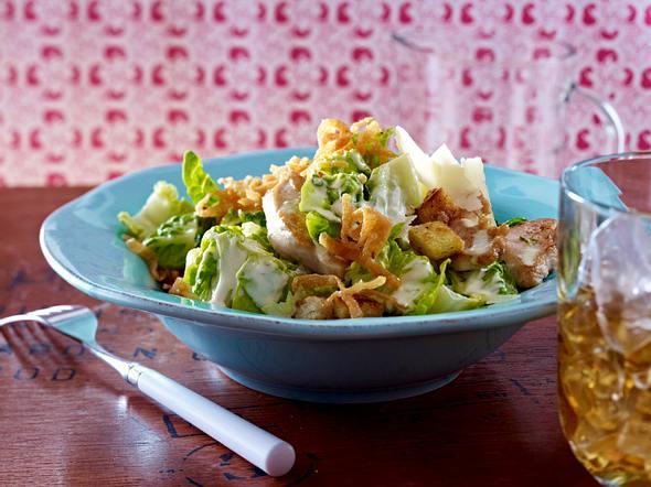Caesar Salad mit frittierten Wan Tanblätter-Streifen Rezept