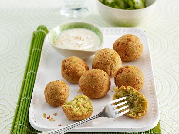 Chili-Falafel mit Gurkensalat und Sesam-Dip Rezept
