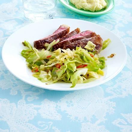 Chili-Spitzkohl zu Steak und Kartoffelpüree Rezept