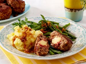 Cordon-bleu-Buletten mit grünen Bohnen und Stampfkartoffeln Rezept