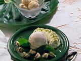 Cremiges Nusseis mit getränkten Baiserstückchen Rezept