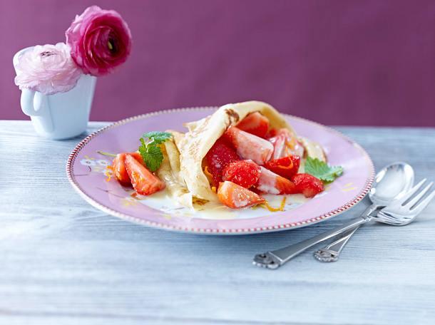 Crêpes mit marinierten Erdbeeren und weißer Schokosoße Rezept
