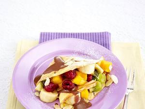 Crêpes mit Obstsalat und Schokosoße Rezept