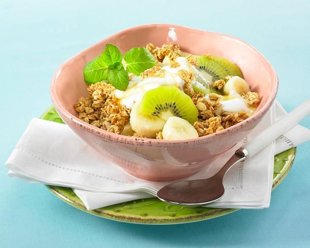 crunchy m sli mit banane und kiwi in honig joghurt rezept lecker. Black Bedroom Furniture Sets. Home Design Ideas