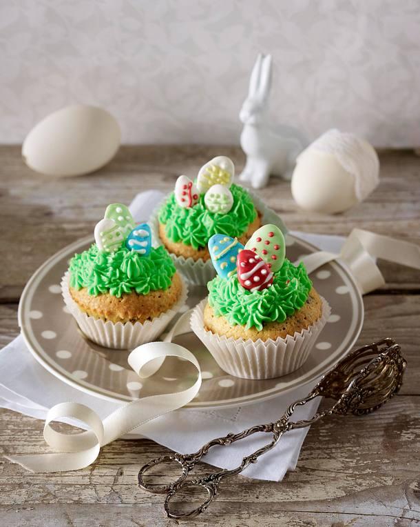 Cupcakes mit Schokoladenstückchen, grünen Osternestern und selbstgemachten Zuckereiern Rezept