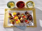 Currywurst-Spieße mit Zwiebeln, Paprika und scharfer Tomatensoße Rezept