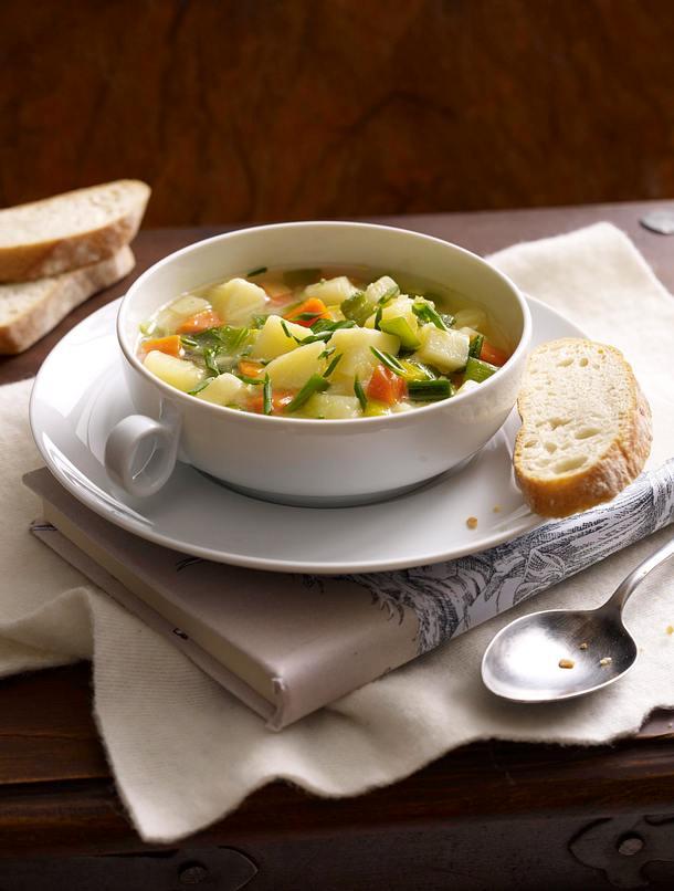 Deftige Kartoffelsuppe mit Suppengrün und Majoranschmand Rezept