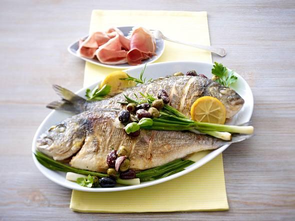 Dorade mit Olivenbutter, Serranoschinken und gebratenen Lauchzwiebelstangen Rezept