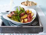 Eichblatt-Rauke-Salat mit Pfirsichen, Parmaschinken und Senf-Vinaigrette Rezept