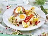Eier im Hackmantel mit Tomatensalat und Bechamelkartoffeln Rezept