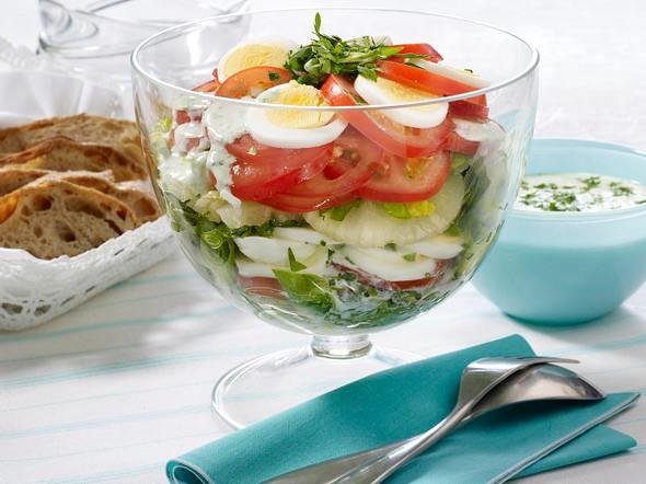 Eier-Schichtsalat mit Joghurt-Kräuter-Dressing Rezept