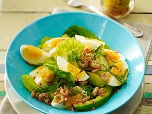 Eiersalat mit Avocado, Krabben, Salatgurke und Römersalat in Limetten-Dill-Vinaigrette Rezept