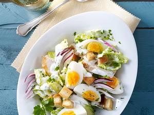 Eiersalat mit Hähnchenfilet und Croûtons Rezept