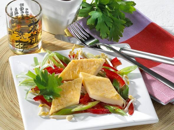 Eierstich-Rauten auf Asia-Salat Rezept