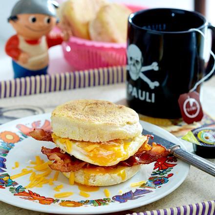 English Muffins mit Spiegelei und Frühstücksspeck Rezept