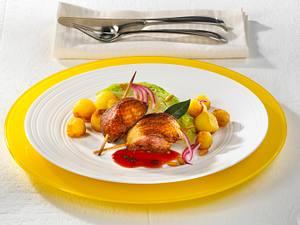 Entenbrust mit Spitzkohl, Röstkartoffeln und Rotwein-Soße Rezept