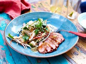 Entenbrust mit Sprossen-Litschi-Salat & Kokos-Karamell-Dressing Rezept