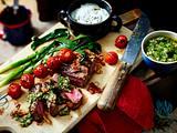 Entrecôte und Lauchzwiebeln vom Grill mit Käse-Dip und Koriander-Chimichurri Rezept