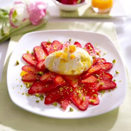 Erdbeer-Carpaccio mit Pistazien-Orangendressing und weißen Schoko-Mousse-Nocken Rezept