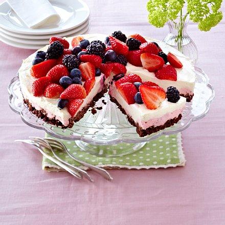 Erdbeer-Heidelbeer-Torte mit Holunderblütenmousse Rezept